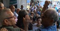 СПУТНИК_Пенсионеры дрались и стучали в двери банка в очереди за деньгами в Афинах