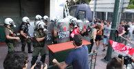 СПУТНИК_Греки сожгли флаг Евросоюза и подрались с полицией на митинге в Афинах