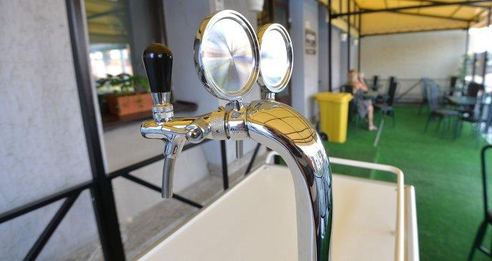 В летнее время посетители кафе смогут выпить разливного пива, однако с 1 сентября алкогольный напиток из меню уберут