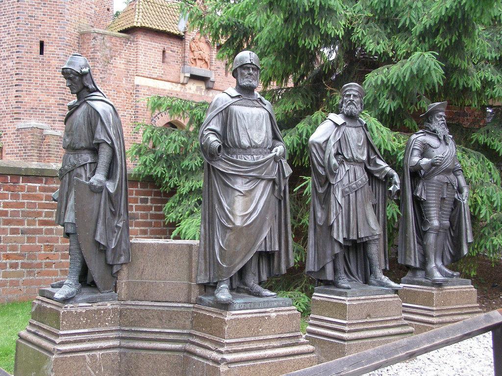 Скульптуры магистров Тевтонского ордена в замке в Мальборке