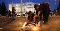 СПУТНИК_Протестующие забросали полицию коктейлями Молотова на митинге в Афинах