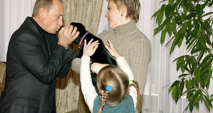 Путин подарил щенка его собаки Конни школьнице Кате из Смоленска