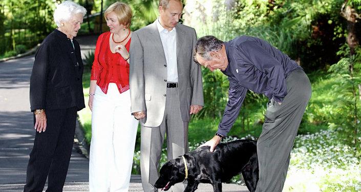 Владимир Путин и его супруга Людмила во время неформальной встречи с экс-президентом США Джорджем Бушем-старшим