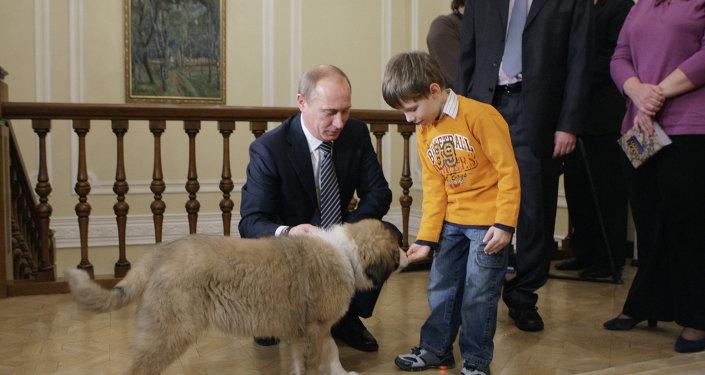 Премьер-министр РФ Владимир Путин познакомился с юным автором клички для своей новой собаки