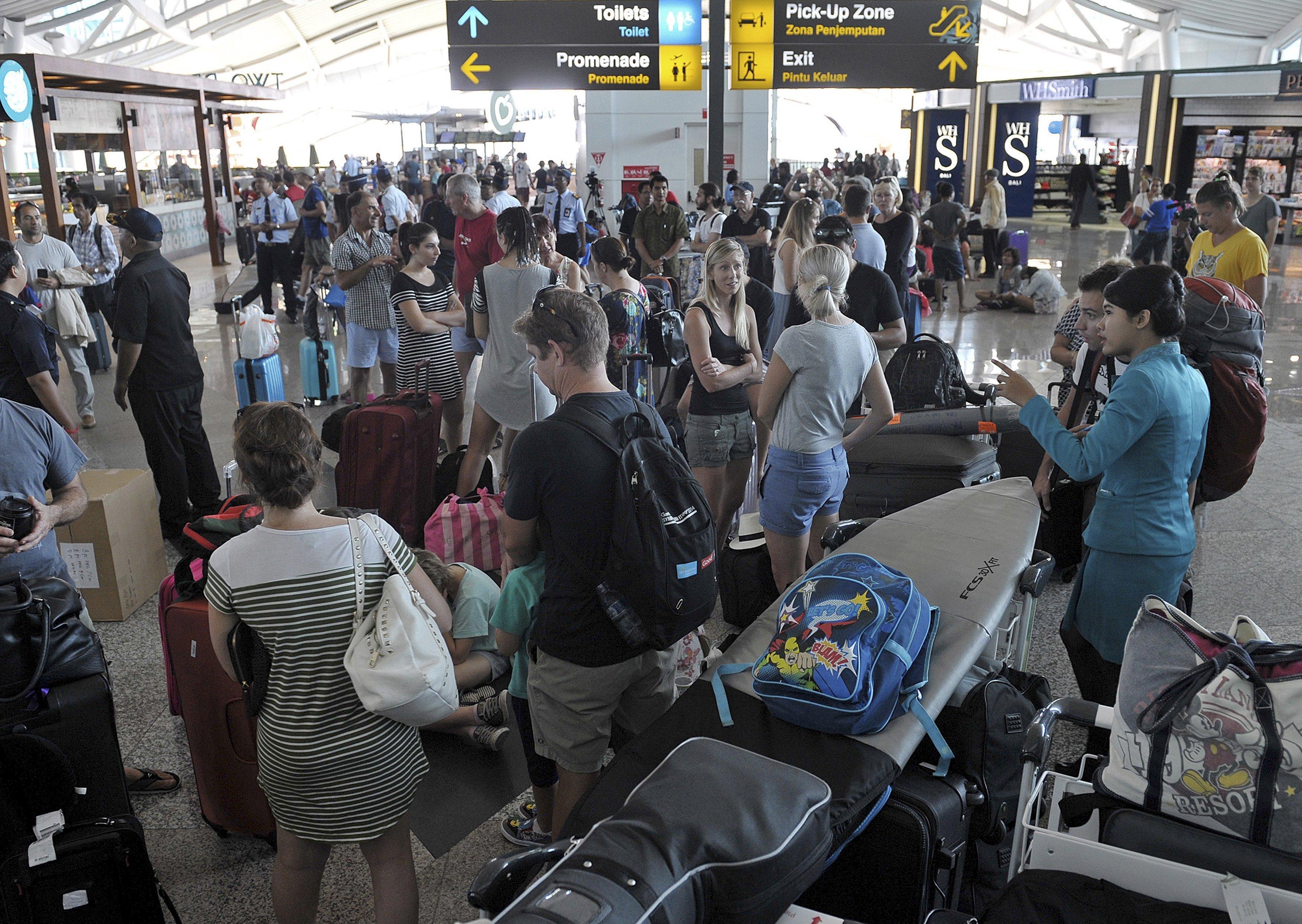 Пассажиры в аэропорту Нгурах-Рай