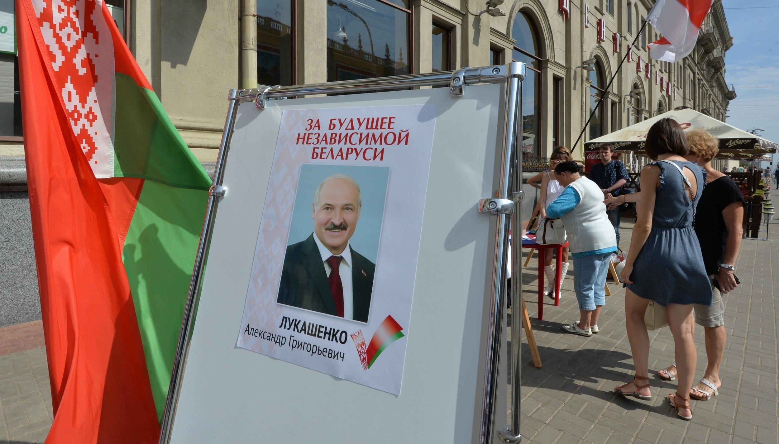 Сбор подписей в Минске за Александра Лукашенко и Татьяну Короткевич.