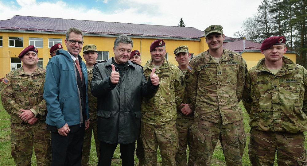 Амерыканскія ваенныя інструктары і прэзідэнт Украіны Пётр Парашэнка