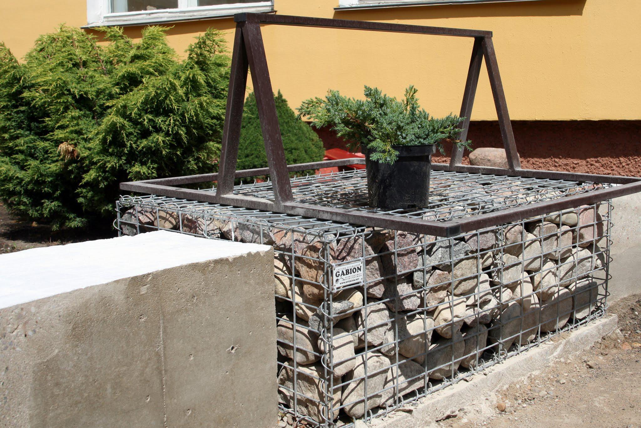 Оригинальные скамейки необычной формы сделаны с использованием габионов