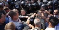 СПУТНИК_Протестующие у Рады в Киеве валили на землю силовиков и срывали с них каски