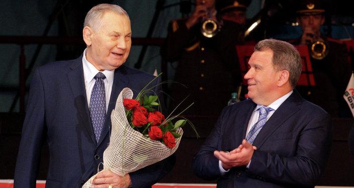 Александр Медведь (слева) и председатель Белорусской федерации борьбы Юрий Чиж