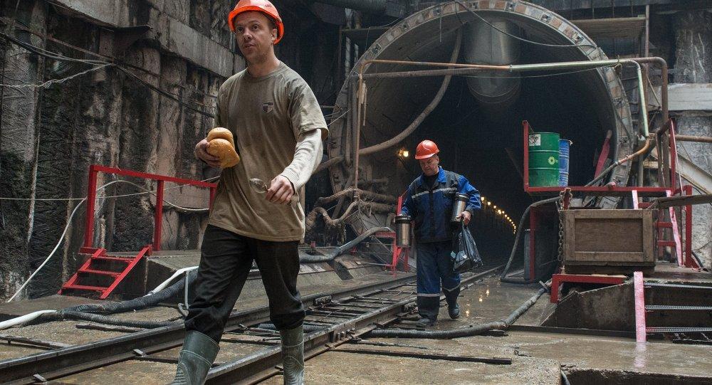 Будаўнікі станцыі метро Хадынскае поле ў Маскве