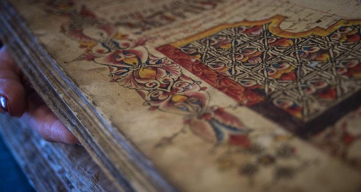 Благодаря тщательной работе реставраторов оживают не только буквы, но и уникальные орнаменты