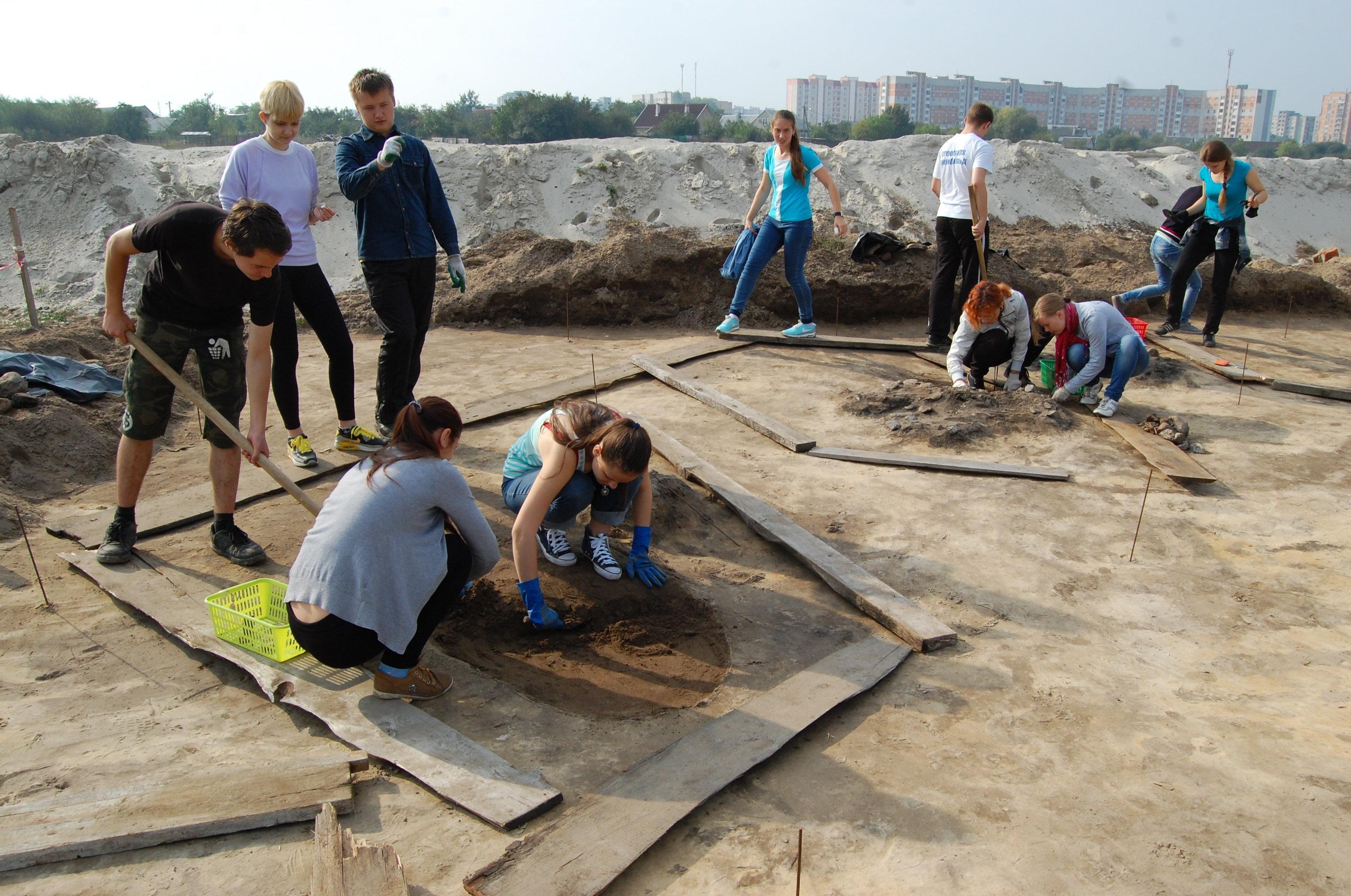 Студенты БрГУ на месте раскопок могильника.