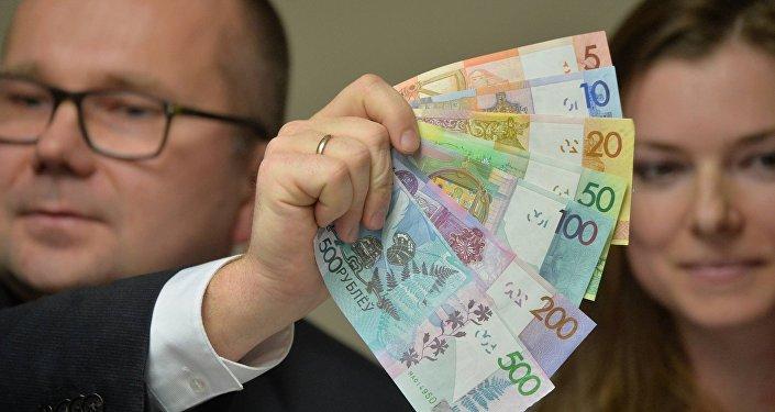 Зампред правления Нацбанка Дмитрий Лапко демонстрирует новые купюры