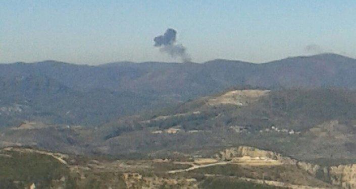 Дым на месте падения российского самолета Су-24 в Сирии