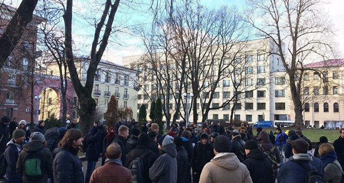 Студенты БГУ собираются на марш протеста в Михайловском сквере