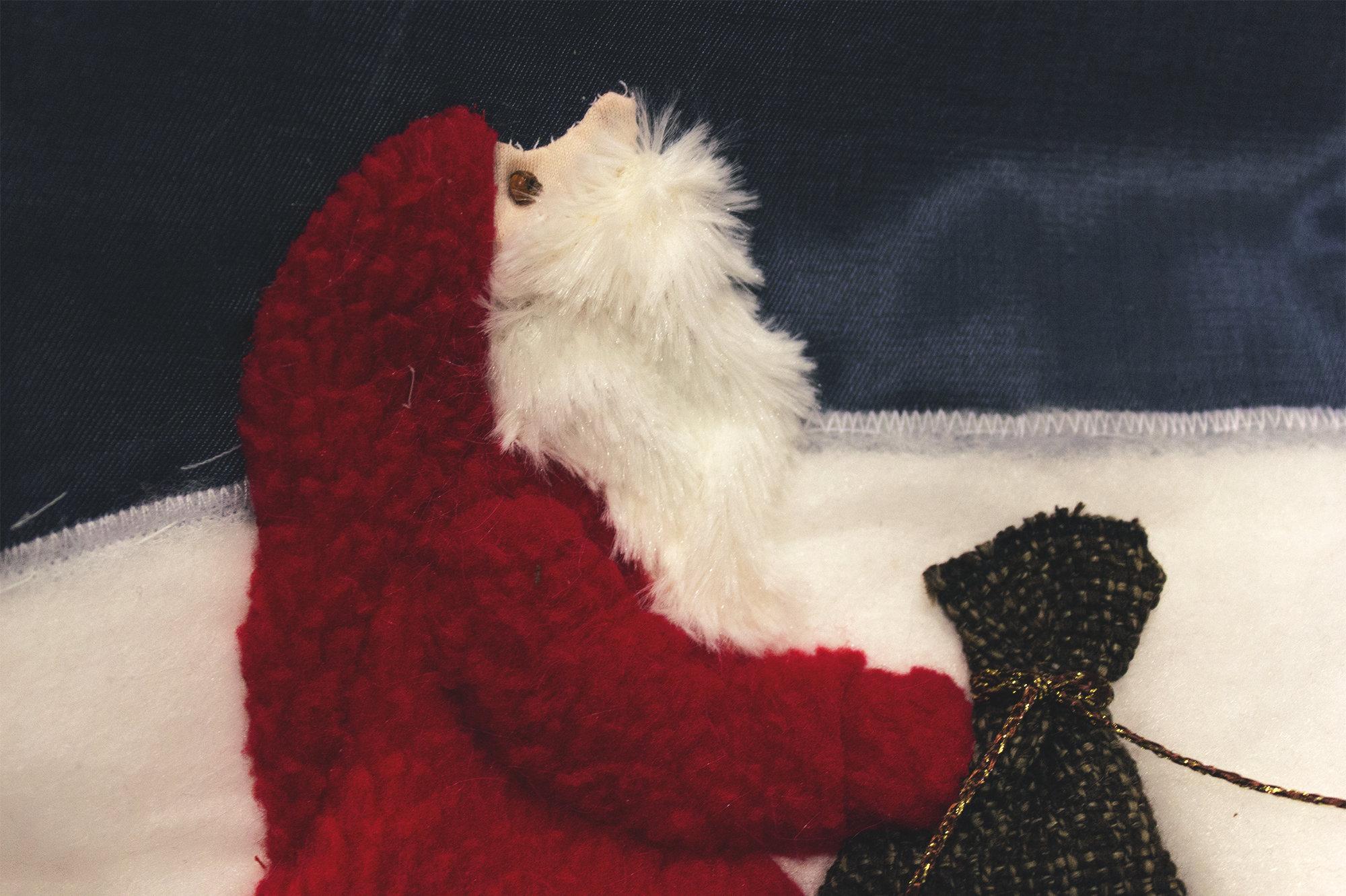 Дед Мороз из рукотворной книжки поможет познать мир тем, кто его никогда не видел