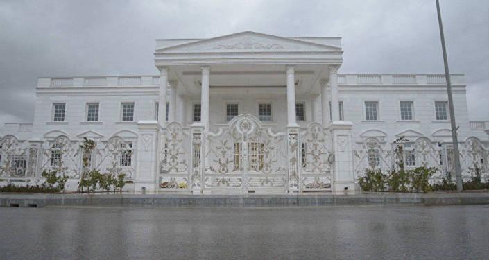 СПУТНИК_Мраморный пол, турецкая баня и золотые лестницы – копия Белого дома в Ираке