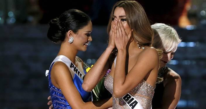 Пия Алонсо Вуртсбах (слева) поздравляет Ариадну Гутиере (слева) с победой в конкурсе, еще не зная о том, что организаторы перепутали их местами