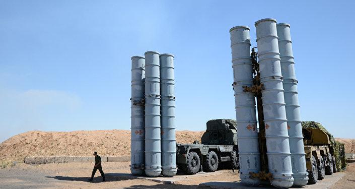 Военнослужащий у зенитно-ракетной системы С-300ПС на полигоне Ашулук. Архивное фото