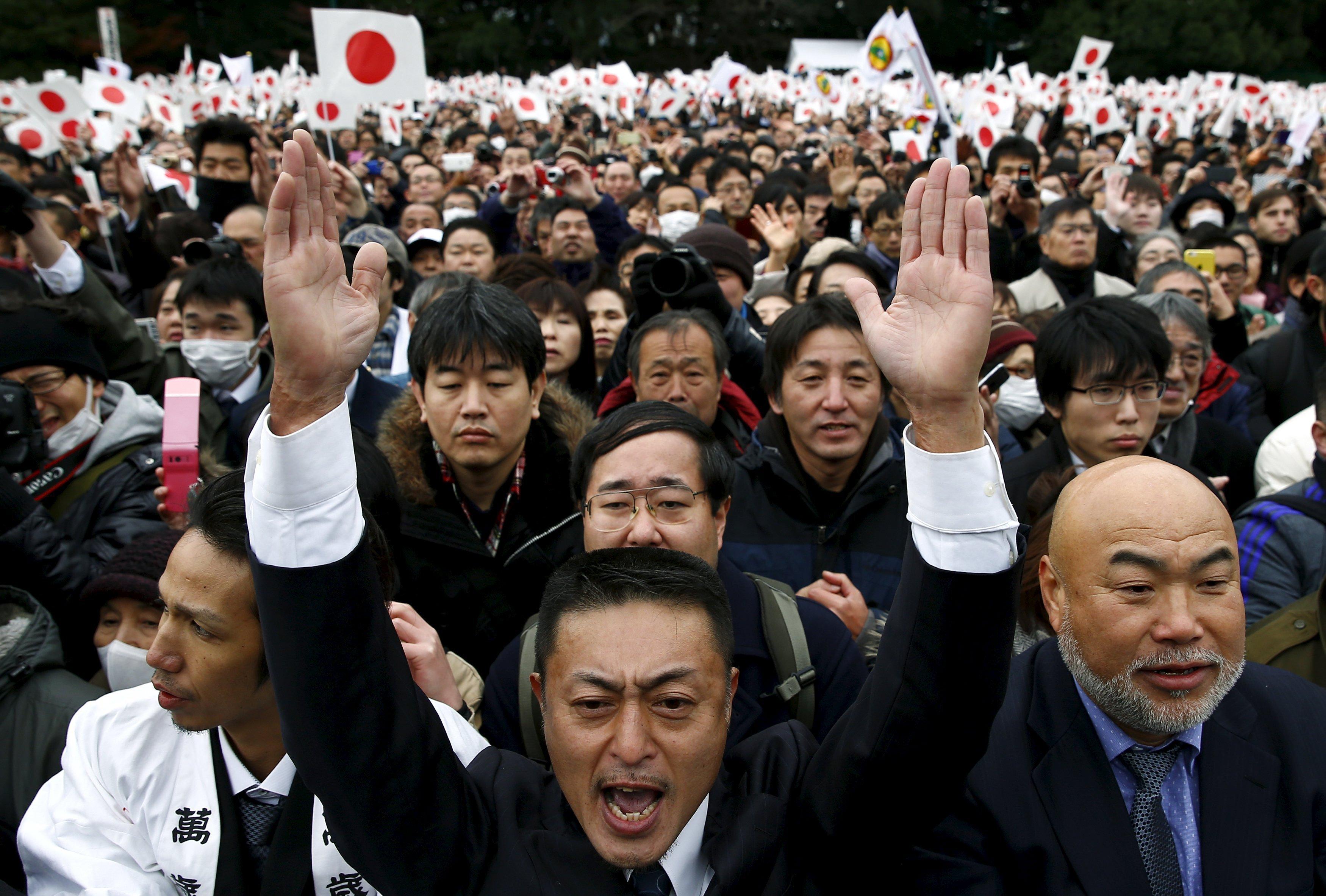 Более 23 тысяч японцев пришли к императорскому дворцу в Токио