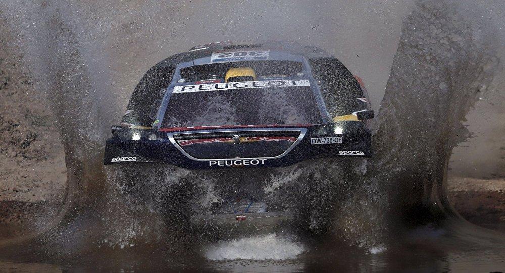 Многократный триумфатор Дакара Стефан Петерансель на багги Peugeot