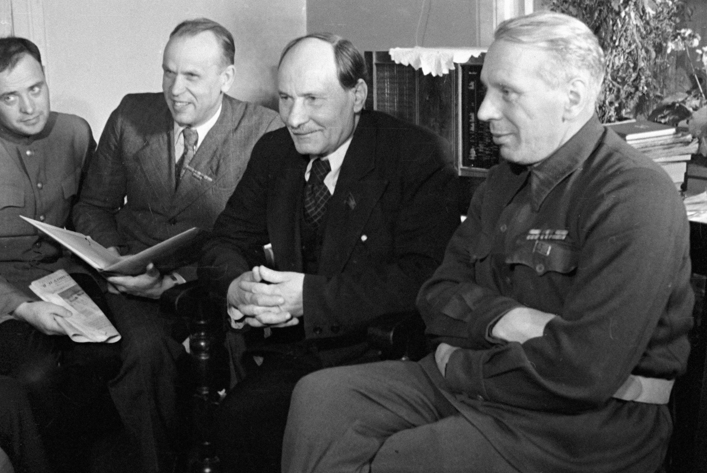 Белорусские писатели (справа налево) : Михась Линьков, Якуб Колас, Кондрат Крапива и Павел Ковалев