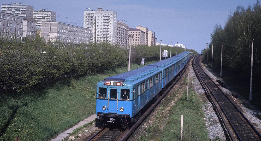 Московский метрополитен. Наземный участок пути недалеко от станции Измайловская