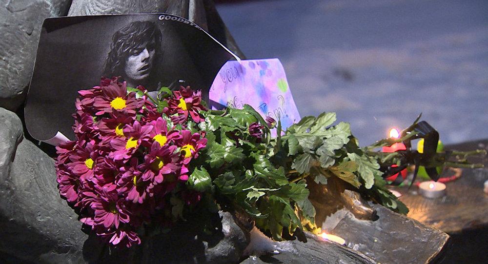 СПУТНИК_Песни под гитару, свечи и цветы – мир прощается с музыкантом Дэвидом Боуи
