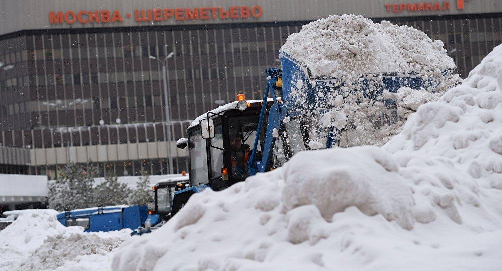 Уборка снега в московском аэропорту Шереметьево