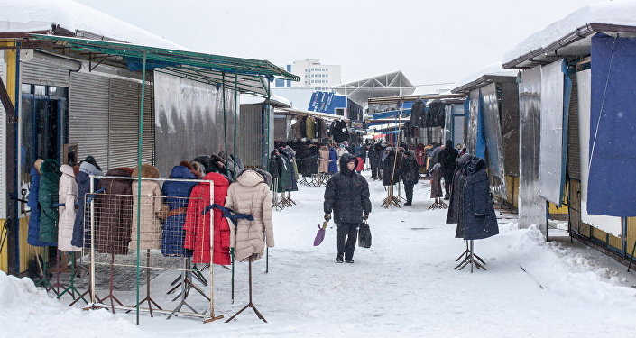 Покупательница на рынке Ждановичи