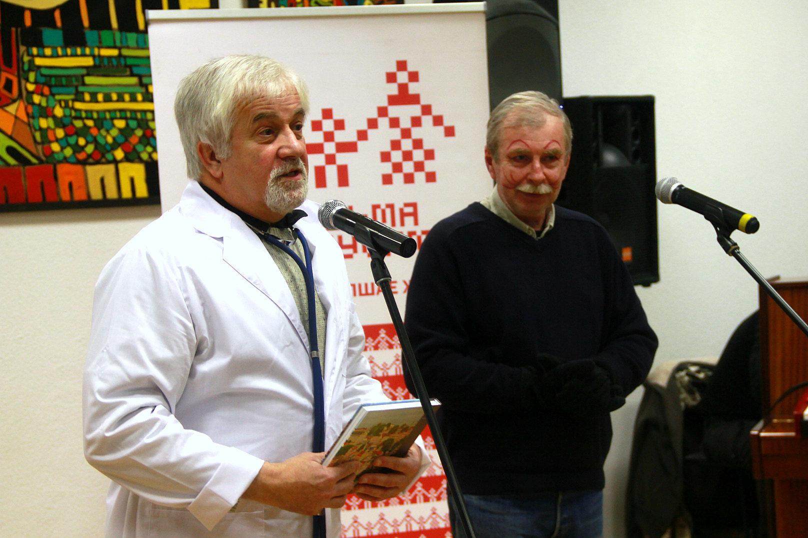 Кот Бургамістр і лекар Біндэнбург вядуць размову з гледачамі