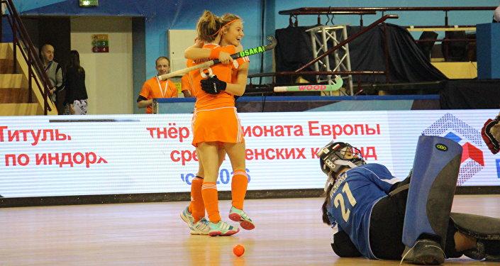 Голландские хоккеистки радуются забитому голу в ворота команды Польши