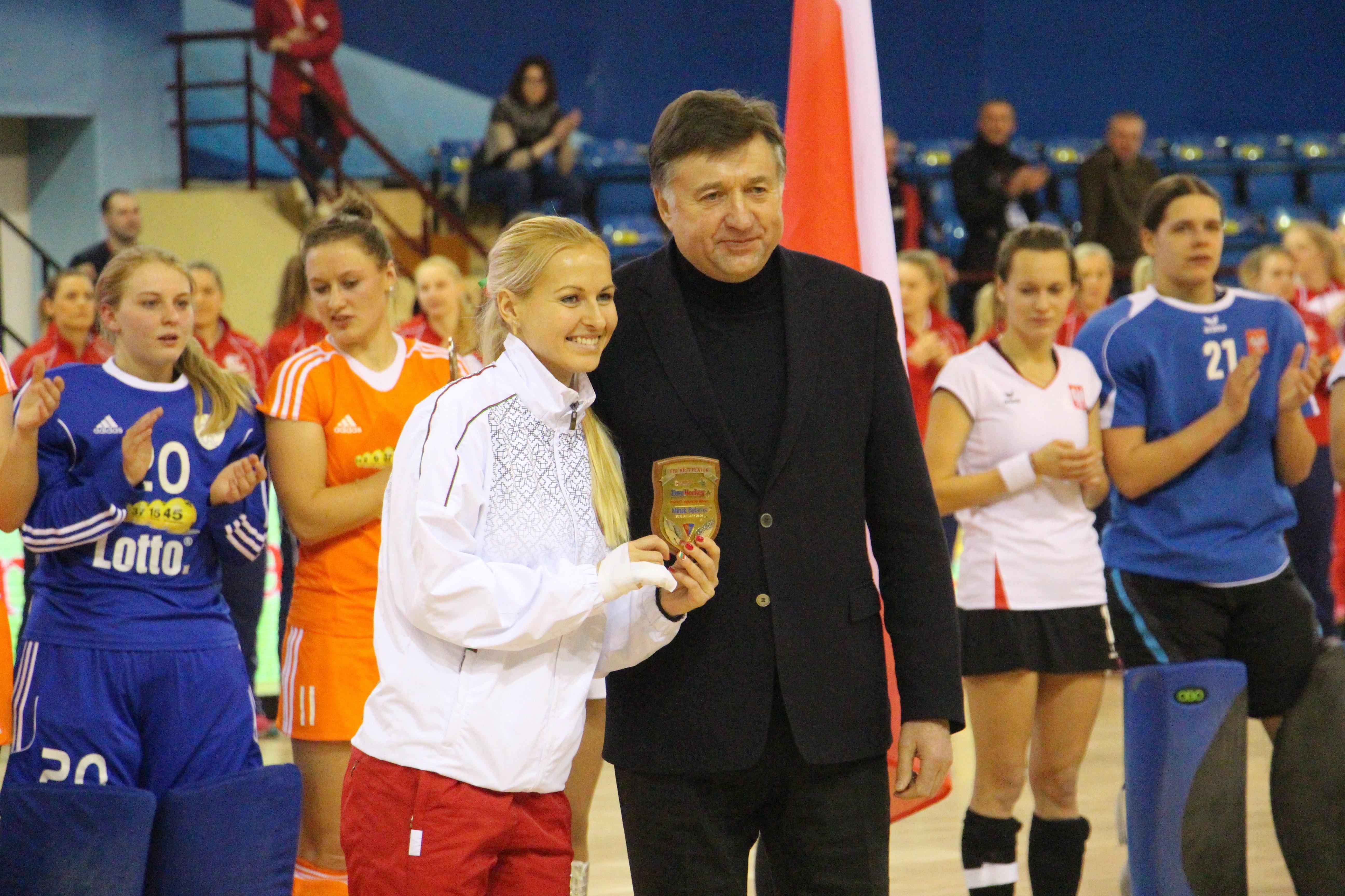 Лучший игрок чемпиона Крестина Попко и председатель Белорусской федерации хоккея на траве Валерий Иванов