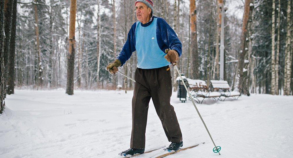Пенсионер на лыжах в парке