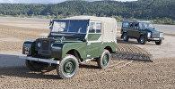 Land Rover Series I, модель, от которой берет свою родословную Defender (на заднем плане)