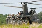 Американские солдаты высаживаются с вертолета