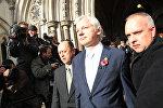 Основатель сайта Wikileaks Джулиан Ассанж у здания Высокого Лондонского суда