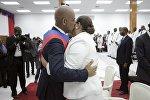 Прощальный поцелуй: экс-президент Гаити и его супруга в момент сложения полномочий главы государства