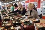 Посетители на международной книжной выставке-ярмарке
