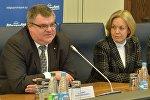 Председатель правления ОАО Белгазпромбанк Виктор Бабарико и заместитель министра иностранных дел Елена Купчина