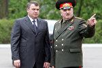 Министр обороны России Анатолий Сердюков (слева) во время встречи с министром обороны Беларуси генерал-полковником Леонидом Мальцевым (справа).