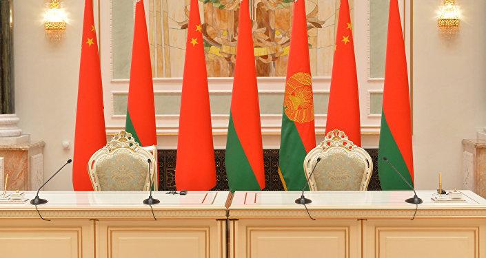 Белорусско-китайские флаги во Дворце Независимости