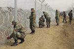 Спутник_Македонские военные обмотали колючей проволокой забор на границе с Грецией