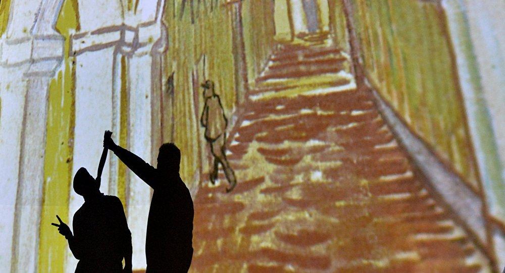 Посетители выставки Ожившие полотно воспользовались возможностью оставить свой след в работе Ван Гога
