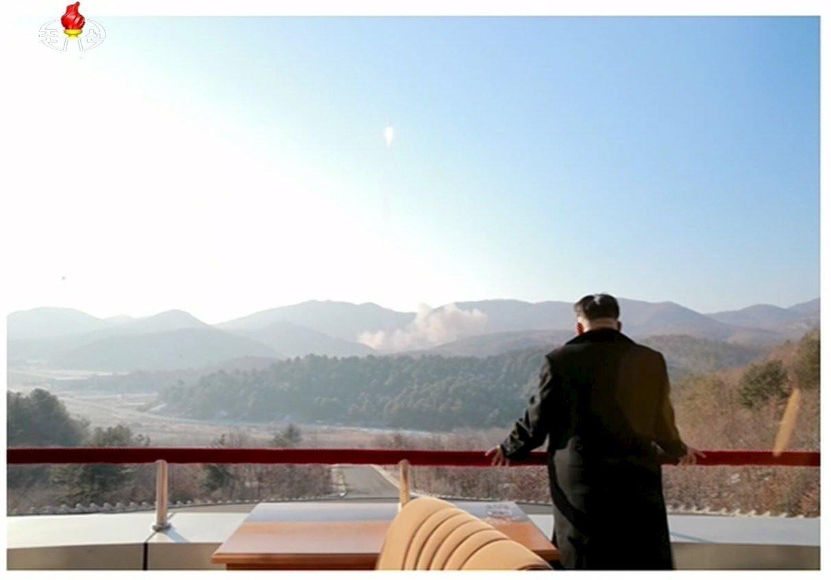 Северокорейский лидер Ким Чен Ын наблюдает за пуском ракеты