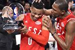 Самый ценный игрок Матча звезд НБА Рассел Уэстбрук (слева) с партнером по команде Кевином Дюраном