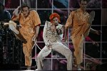 Lady Gaga выполняет попурри из песен Дэвида Боуи во время 58-й Grammy