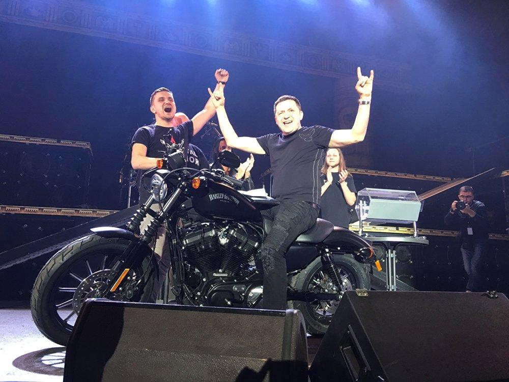 Harley Davidson 2015 XL883NHDI Iron 883 выйграў Дзмітрый Солапаў, які прыехаў на мінскі канцэрт з Масквы