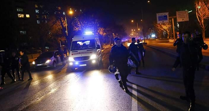 Полиция и медики на месте взрыва в Анкаре